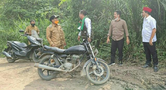 Zukri-Nasarudin Blusukan Tinjau Infrastruktur Jalan Dua Desa di Pelalawan, Begini Kondisinya