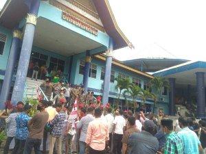 Puluhan Massa Gelar Aksi Demo di Dinas PUPR Kampar