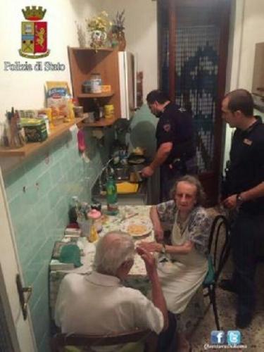 4 Polisi Baik Ini Masakkan Makanan untuk Pasangan Tua Renta yang Kesepian