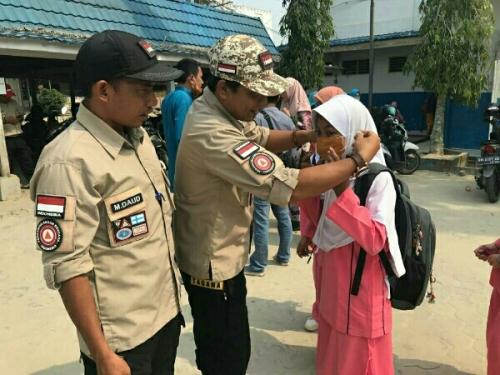 Tagana Pelalawan Bagikan Masker ke Sekolah di Kota Pangkalan Kerinci