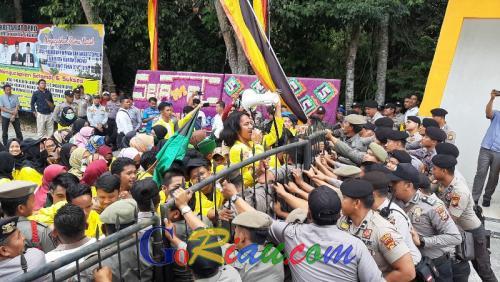 Paksa Masuk, Mahasiswa Goyang Pagar DPRD Kuansing