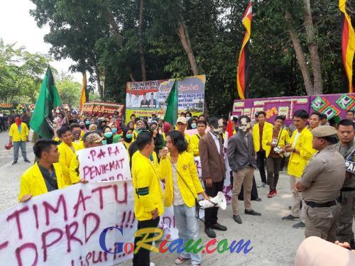 Pelantikan Anggota DPRD Kuansing Diwarnai Aksi Demo