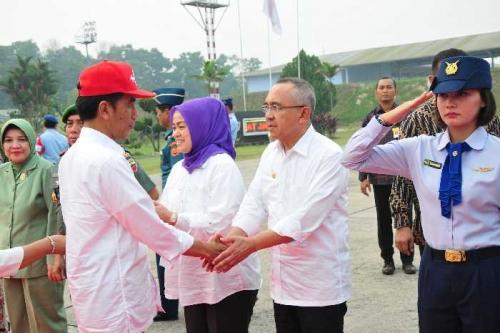Jokowi Rapat Terbatas dengan Plt Gubri dan Satgas Karhutla di Lanud Roesmin Nurjadin
