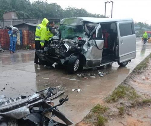 Malaju Kencang di Rohul, Daihatsu Luxio Tabrak Teronton Berhenti, Pengemudi Tewas