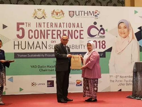 Rektor Unilak Jadi Pembicara dalam Konferensi Internasional di Johor Malaysia