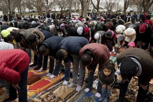 Protes Keputusan Trump Akui Yerusalem Ibu Kota Israel, Ratusan Muslim Shalat Jumat di Depan Gedung Putih