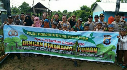 Lestarikan Lingkungan, Polsek Tembilahan Bersinergi dengan Kelurahan dan Pondok Pesantren Tanam Pohon