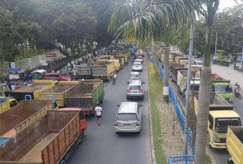 Ditilang dan Tak Diizinkan Masuk Kota, Ratusan Supir Truk Demo dan Parkirkan Mobil di Depan Kantor DPRD Provinsi
