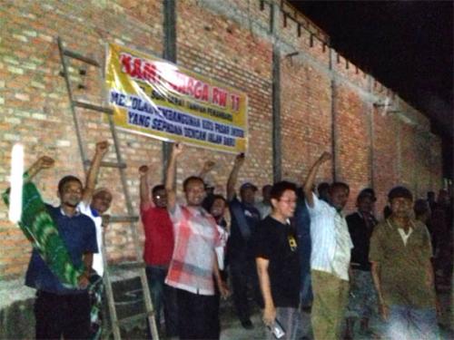 Bangunan Kios Pasar Induk Pekanbaru Lengket ke Aspal, Warga RW 11 Sidomulyo Barat Protes dan Pasang Spanduk Tengah Malam