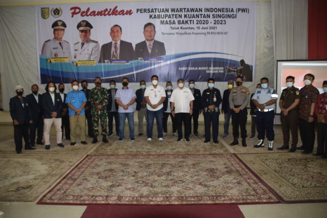 Zulmansyah Lantik Pengurus PWI Kuansing 2020 - 2023, Bupati Minta Wartawan Makin Kompak
