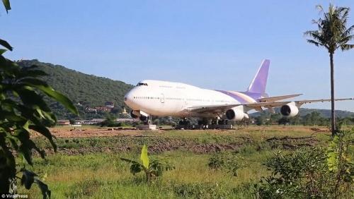 Pesawat Boeing 747 Terdampar di Persawahan, Petani Kaget dan Bingung, Ternyata . . . .