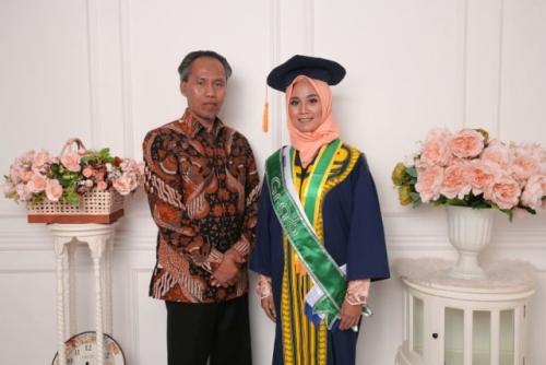 Kuliah Sembari Jadi Sopir Taksi Online, Mahasiswi Manis Ini Lulus Cumlaude