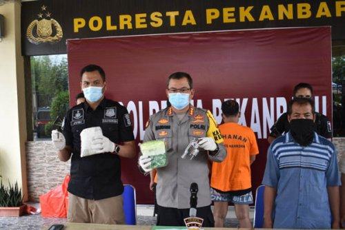 Polresta Pekanbaru Tangkap Dua Pengedar Bersenjata Api Sebanyak 5,1 Kg Sabu, 8000 Butir Exsatasj dan Ganja Turut Diamankan