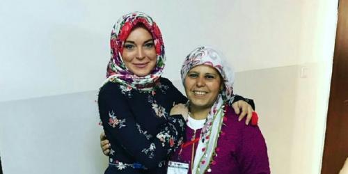 Aktris Cantik Lindsay Lohan Pakai Jilbab, Begini Penampakannya
