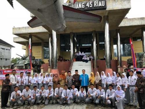 Andi Rachman Pimpin Upacara Peringatan Hari Pahlawan di Gedung Juang 45