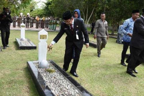 Pejabat Pemkab Bengkalis Ziarah ke Makam Pahlawan
