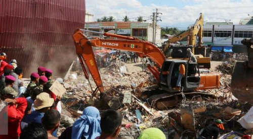 Berhasil Keluar dari Reruntuhan Bangunan, Gadis Kecil Korban Gempa Ini Kini Yatim Piatu