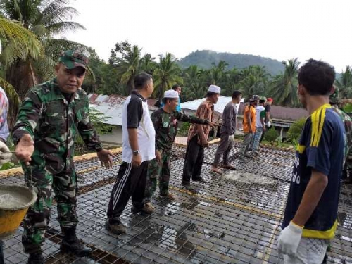 Bantu Pembangunan Musholla, Dandim 0313/KPR Goro Bersama Masyarakat Pulau Gadang