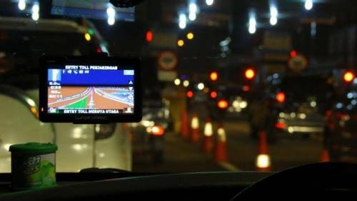 Gunakan GPS Saat Mengemudi Didenda Rp750 Ribu atau Dikurung 3 Bulan, Ini Pasal yang Mengaturnya