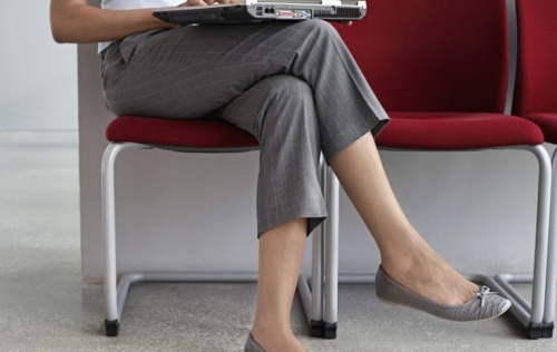Jangan Silangkan Kaki Saat Duduk, Ini Bahayanya bagi Kesehatan