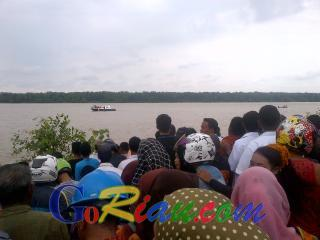 Ratusan Warga Padati Bibir Sungai Rokan Saksikan Pencarian Bocah yang Diterkam Buaya