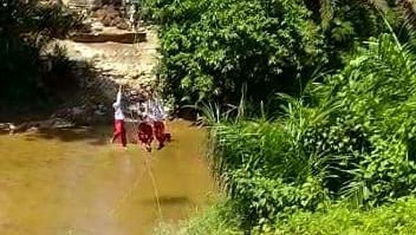 Ini Penjelasan Kades Kuntu Terkait Keranjang Sawit Gantung yang Digunakan Murid SD untuk Menyeberangi Sungai