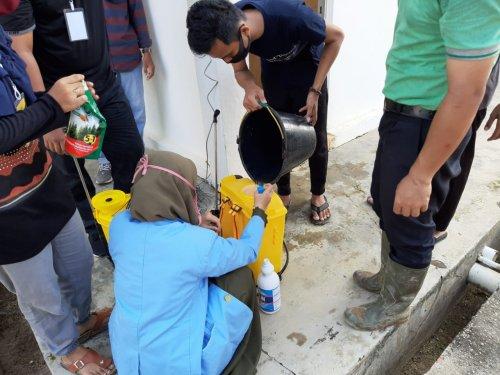 Tim Kukerta Unri Relawan Covid-19 Lakukan Penyemprotan Disinfektan di Desa Bukit Gajah Ukui