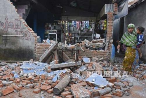 Seminggu Pasca Gempa Tak Juga Tersentuh Bantuan, Warga Terpaksa Kais Bahan Makanan di Puing Bangunan Roboh