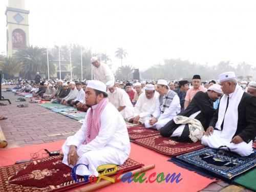 Ribuan Umat Muslim Padati Halaman Masjid Raya An Nur, Gubri: Satgas Tetap Bekerja Padamkan Api