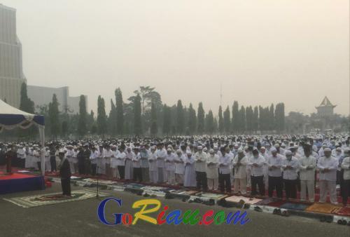 Minta Pertolongan Tuhan, Ribuan Umat Muslim yang Terpapar Asap Gelar Salat Istisqa di Halaman Kantor Gubernur Riau