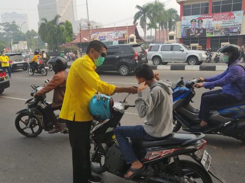 Kabut Asap, DPD Golkar Riau Bagikan 10.000 Lembar Masker