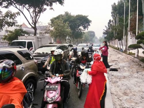Kabut Asap Masih Pekat, Puluhan Aktivis Perkumpulan SUN Riau Kembali Bagikan Masker Gratis