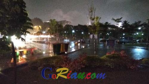 Diguyur Hujan Deras, Taman RTH Kaca Mayang Pekanbaru jadi Waterboom