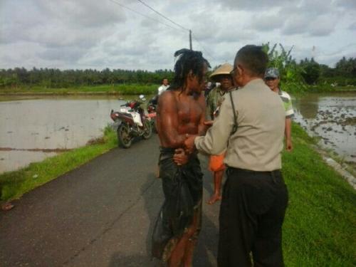 Warga Heboh Temukan Jenazah di Tengah Sawah, Saat Diangkat Polisi Mayatnya Bangkit dan Berjalan, Ternyata . . . .