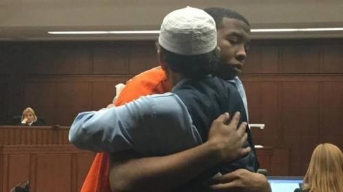 Mengharukan, Pria Muslim AS Maafkan dan Peluk Pemuda Pembunuh Putranya di Ruang Pengadilan