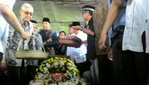 Pemakaman Mr Clean Marie Muhammad Berlangsung di Bawah Gerimis
