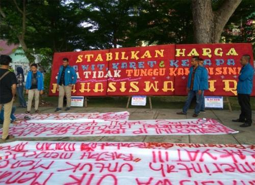 Tuntut Kestabilan Harga Sawit, Karet dan Kelapa, Mahasiswa UIR Pasang Papan Bunga di Gedung DPRD