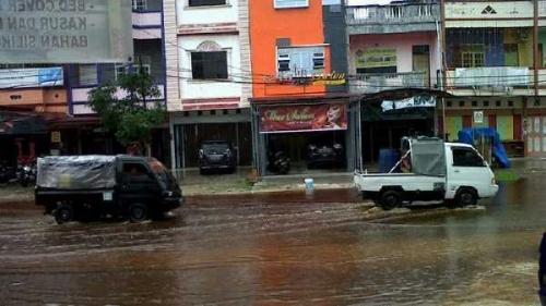 Hujan Deras, Sebagian Jalan di Kota Dumai Digenangi Air