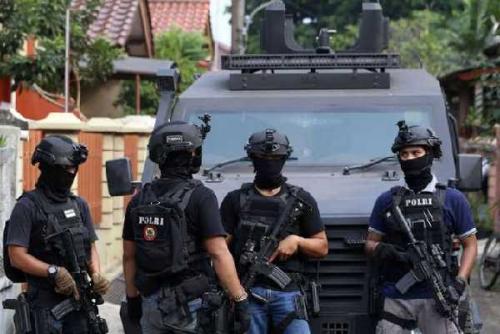 Densus 88 Tangkap Terduga Teroris di Pekanbaru Lalu Amankan Tiga Pucuk Senpi dan Ratusan Peluru di Kuansing