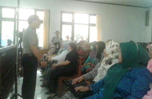 Massa Pendukung RZ Ambil Alih Pengadilan Pekanbaru