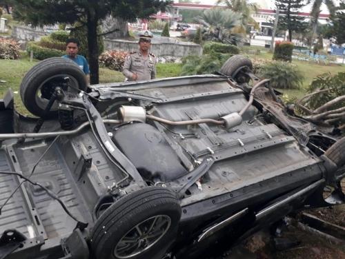 Toyota Calya Terbalik dengan Keempat Ban di Atas di Jalan Arifin Ahmad Pekanbaru Tadi Pagi
