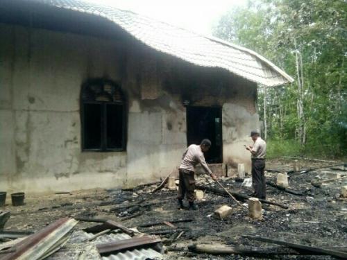 Disambar Listrik, Rumah Warga Pelalawan Terbakar, Penghuni Berteriak Histeris