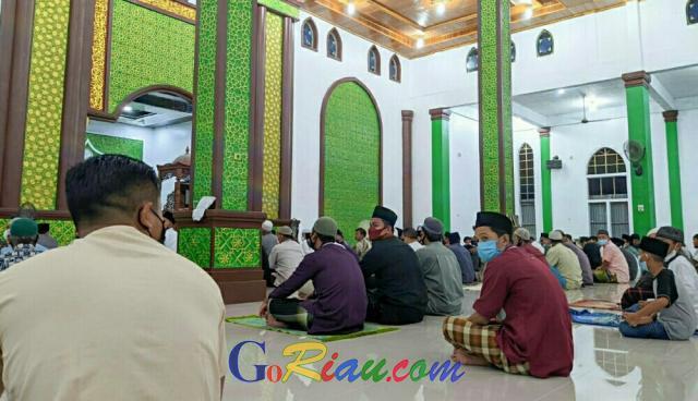Suasana Tarawih Perdana Ramadan 2021 di Pangkalan Kerinci, Jamaah Masjid Terapkan Prokes