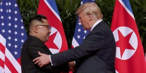 Donald Trump dan Kim Jong-un Akhirnya Berjabat Tangan