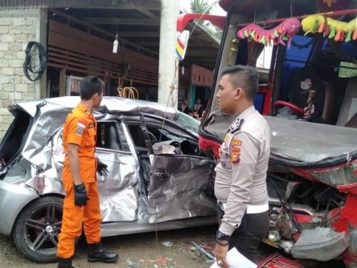 Minibus Mandala Tabrakan dengan Mobil Brio di Jalan Lintas Bangkinang - Payakumbuh, Basarnas Pekanbaru Bantu Evakuasi