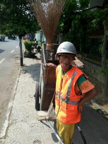 Jokowi Bagikan Sembako, Lelaki Tua Petugas Kebersihan Ini Tak Ikut Antre, Alasannya Sangat Mengejutkan