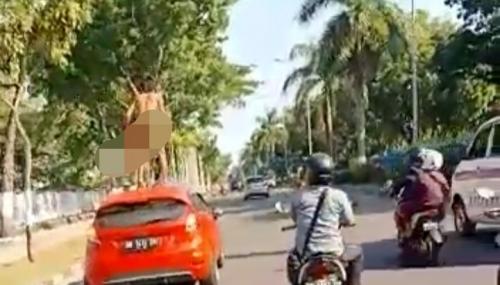 Viral Video Pria Tanpa Busana Menari di Atas Mobil yang Berjalan, Ini Keterangan Kasatlantas Polresta Pekanbaru