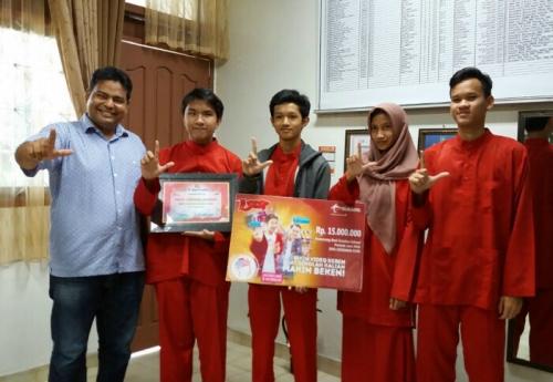 Bikin Video Kegiatan Sekolah, 6 Pelajar di Duri Dapat Hadiah Rp 15 Juta dari Telkomsel