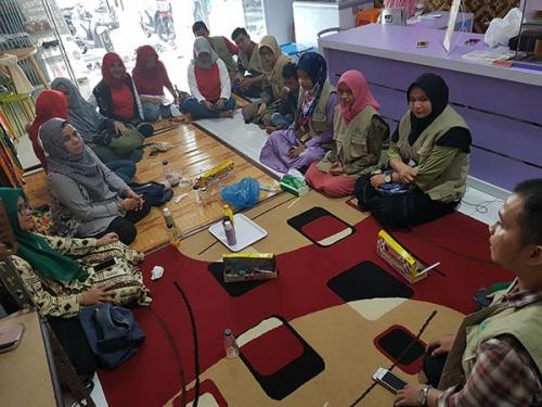 Gandeng Komunitas Relawan Muda Riau, IWARA Bagikan Pakaian dan Buku Anak