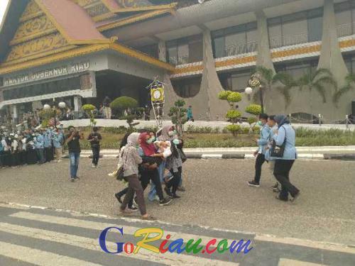 Ikut Demo di Kantor Gubernur Riau, Tiga Mahasiswi Baru Unri Pingsan